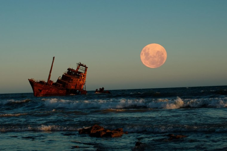 Full-moon-and-one-of-the-shipwrecks-rusting-into-the-sands-of-Necochea-on-the-Argentine-coastline