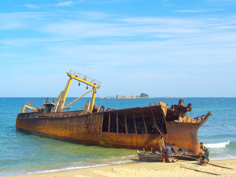 Shipwreck_on_the_beach_in_Kangwon-do_1